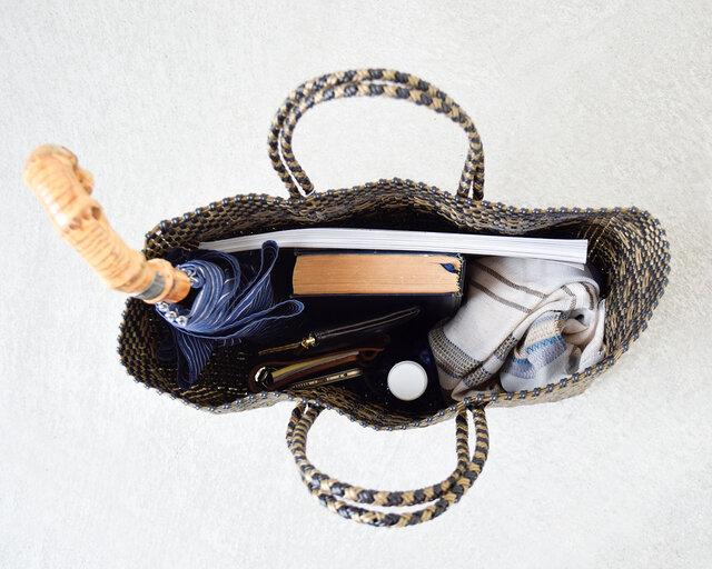 お財布や携帯電話など貴重品の他に、大きな雑誌も横向きで収納できる便利なサイズ感です。