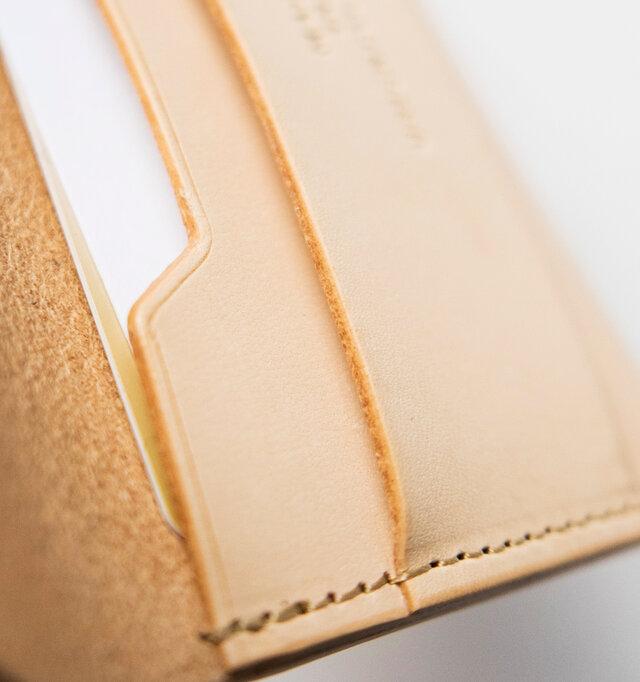 カードの角に合わせたカッティングや端の仕上げまで丁寧に施され、技術の高さを物語っています。