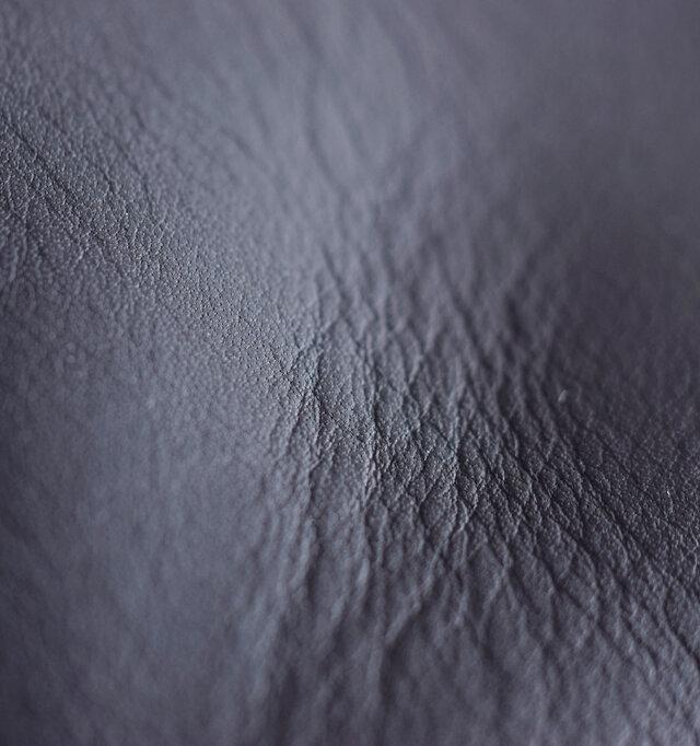 ナチュラルなシボ感が魅力的な、程よくマットな光沢感のあるレザー。しっとり肌に吸い付くような触れ心地です。