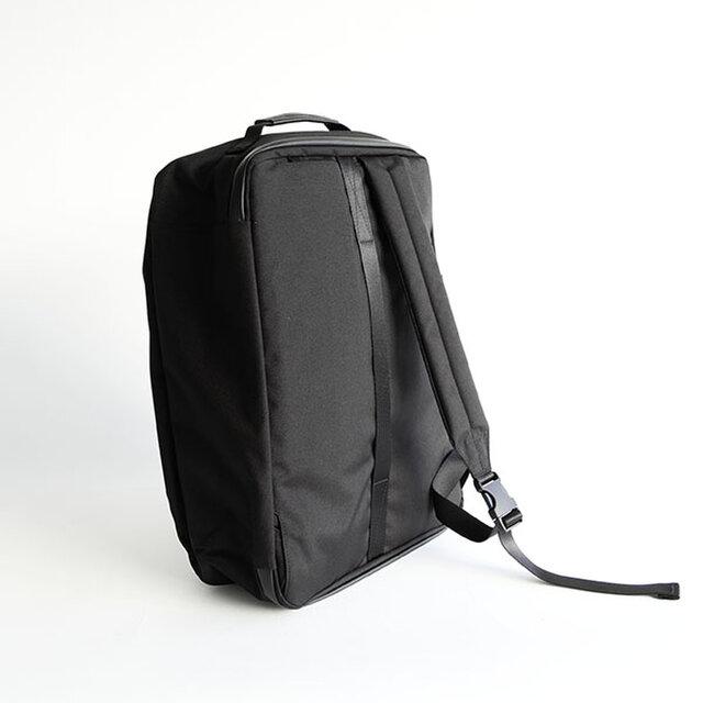 ショルダーストラップは取り外しが可能で、ブリーフケースとバックパックの2WAY仕様です。 ショルダーの裏面には「COOLMAX®」の生地を採用しています。