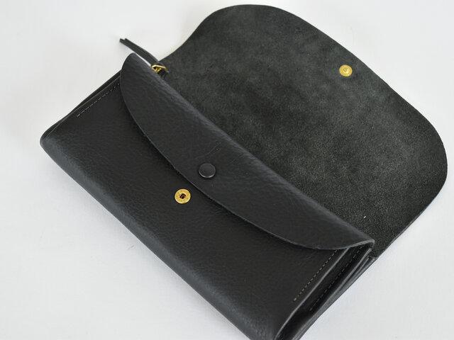 こちらの長財布はガバッと大きく開き使いやすいのが最大のポイント。