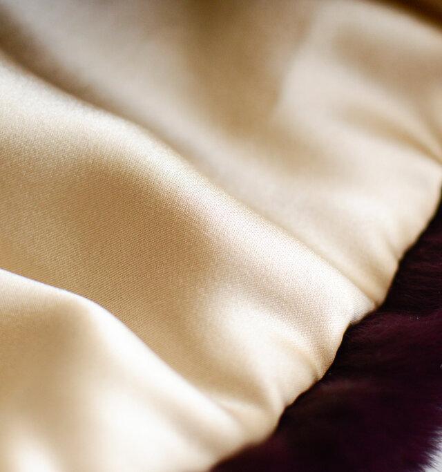 艶やかなシルク生地は中厚でしなやか。程よく体温を閉じ込めて、暖かさを保ちます。