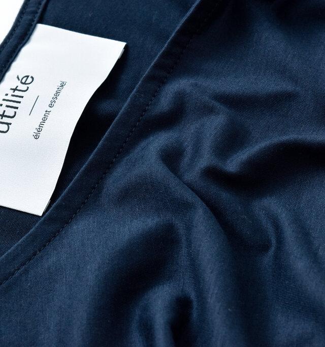 メイン生地は独特の滑らかな質感を持ったコットンと、リヨセルの混紡素材。さらりとした心地よい肌触りで抜群の着心地です。伸びの良いカットソー生地でカジュアルに着られるのも嬉しいですね。
