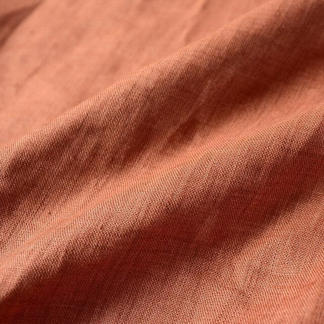 素材はリネン独特のナチュラルな風合いで、清涼感のある爽やかな着心地です。