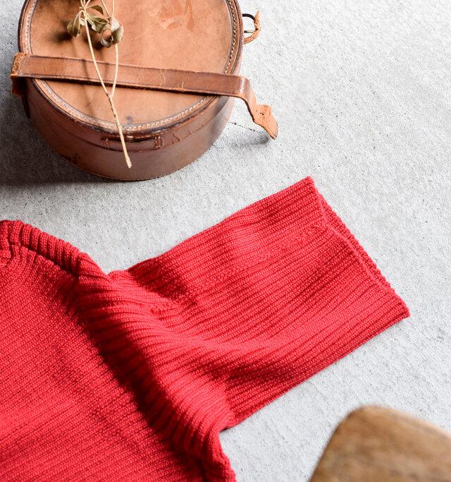ニットウェアとは、本来すべてを≪編むこと≫によって作られる洋服のこと。昨今では大量生産・価格競争が進むにつれて≪縫製≫のニットウェアが溢れるようになりました。素材・縫製・技術にこだわりをもつファブリケ アン プラネテールは、今回山形のスペシャル・ニットファクトリーにこのニットの生産をお願いすることにしました。その理由は、一目一目リンキングという編み手法でつなぐなど、まさにこれが≪本物のニット≫という手法を行っている数少ないファクトリーだからです。日本人が積み重ねてきた巧みな職人技やこだわりが息づくニットウェアを、ずっと着られるシンプルな形で仕上げたのがこちらのニット。長く着用することで、その素晴らしさとまた出逢う日がくる、そんな一枚です。