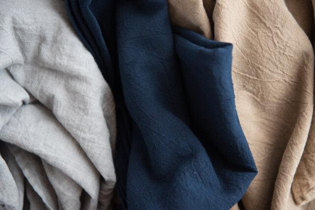 カラーは左からグレー(墨染)、ネイビー(インド藍染)、ブラウン(草木染)の3種類。
