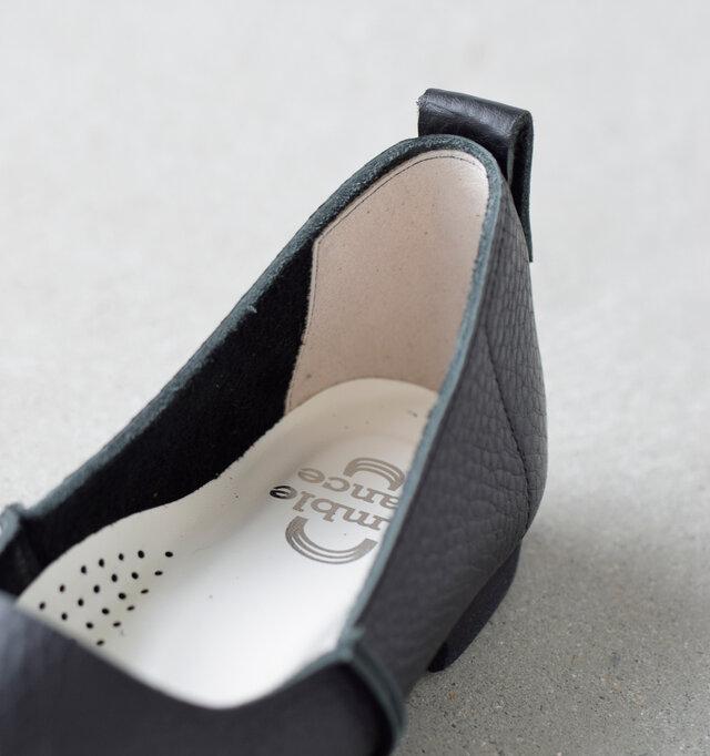 スエード仕様のライニングは中で足が滑りにくく踵が浮きにくい設計。クッションを備えたインソールには通気孔も配され、靴内環境を快適に保ってくれますよ。
