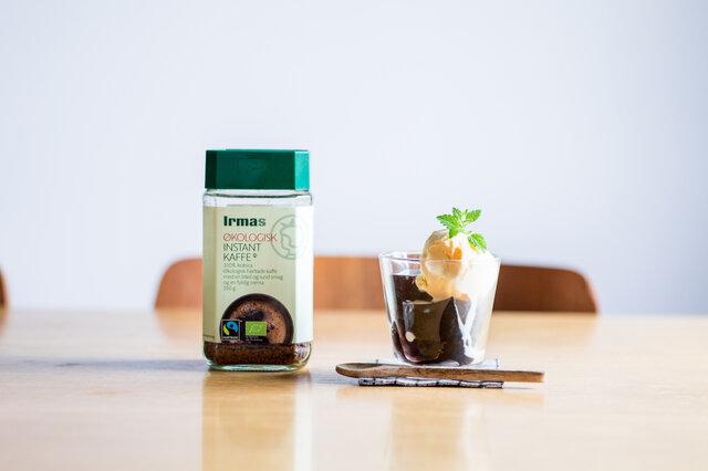 まろやかな苦みは、コーヒーゼリーにしても美味しい!お湯でイヤマインスタントコーヒーとゼラチンを溶いたら型に流して冷やし固めるだけ。あえてブラックで作って、ひんやり甘いアイスクリームを添えてどうぞ。