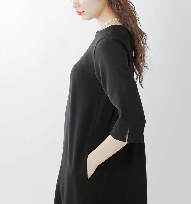 スッキリとした七分袖。袖口にはスリットを施し、動きやすさにも配慮。サイドにはシームポケットがあしらわれており、実用性も十分です。
