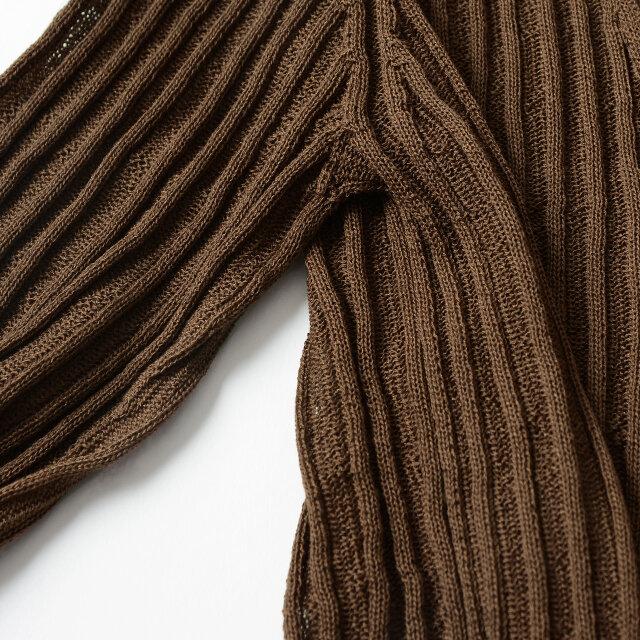 「ホールガーメント」と呼ばれる製法で継ぎ目なく編み上げることでゴワつかず、自然とボディに馴染み、滑らかなラインを描きます。