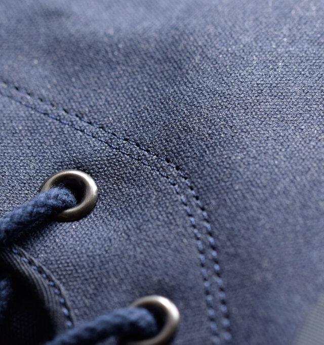 キャンバス生地にパラヴァルコートを施したアッパーは独特の質感が特徴的で、履くほどに表情の変化が楽しめる一足です!切り替え部分には撥水糸を使用し水の侵入を防ぎます。