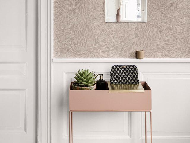 Lサイズは細いラインの脚がついたタイプ。 Sサイズと同じように、グリーンやお花を飾ると高さが出て目線に近くなり、 また違った雰囲気になります。  この高さ(65cm)こそがLサイズの最大の特徴。 サイドテーブルのように見えませんか? そう、これはもはや「家具」のひとつです!  Sサイズよりちょっと大きめで収納力あり。 ベッドサイドに置いて本を入れておいたり、 右の画像下のようにお酒や飲み物を入れてちょっとしたバーコーナーを作ってみたり、 玄関に置いて鍵やハンコなどの小物入れに使ってみたり… テーブル兼収納ボックスとしてお使いいただけます。