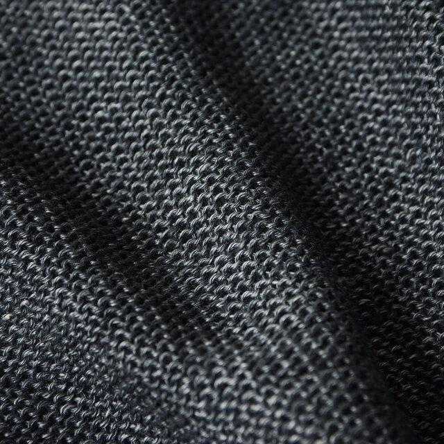 ざっくりと編んだ編み目は薄手なのでロングシーズン着用いただけます。 薄手でシャリ感のある生地はラフに着こなせ、シワになりずらいので冷房対策としてバッグに入れての持ち運びにもおすすめです。