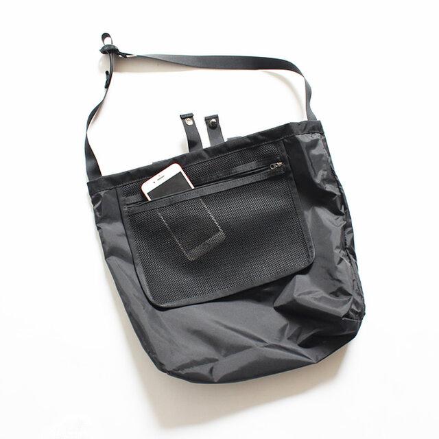 (内側)  シンプルな構造なのでどんな荷物にも柔軟に対応。内側には大きめのメッシュポケットが付いています。 細々しい荷物の収納にはもちろん、出し入れも快適です。
