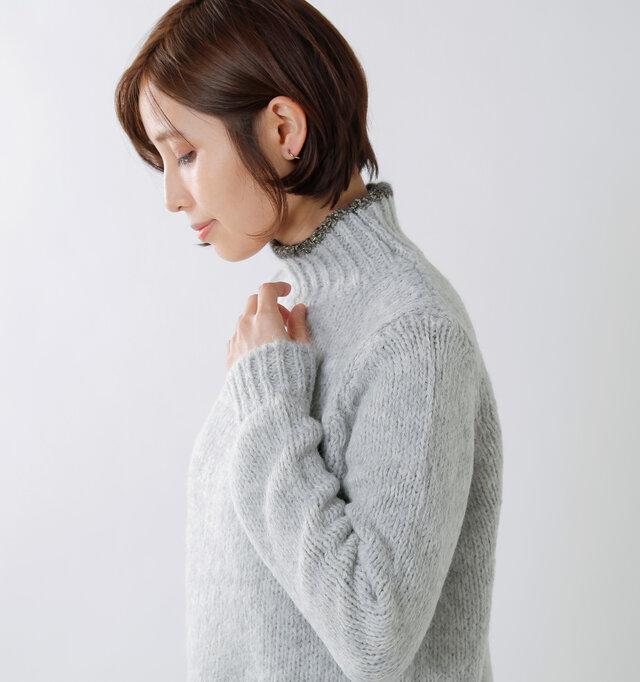 ジャストサイズの肩周りがすっきりとした印象。アウターの下にも重ねやすく、飽きの来ないベーシックなシルエットに。袖口と裾には長めのリブをあしらい、カジュアルに仕上げています。 冷気の侵入を防いでくれる役割もあり、裾にはネックと同じラメをオン◎