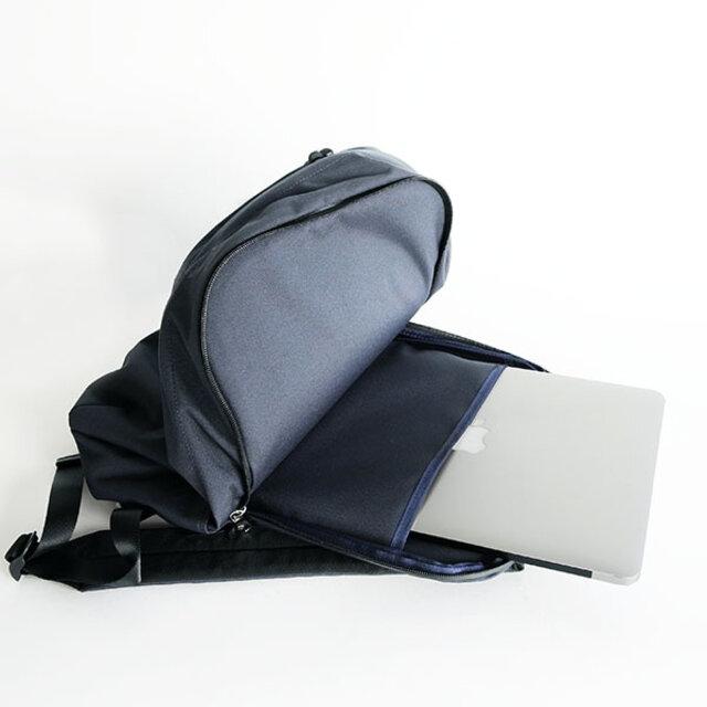 背面の部屋はノートPC用にクッションで挟まれています。ノートPCは13inchサイズ対応です。(※15inchサイズに関してはモデルにより入ります。)
