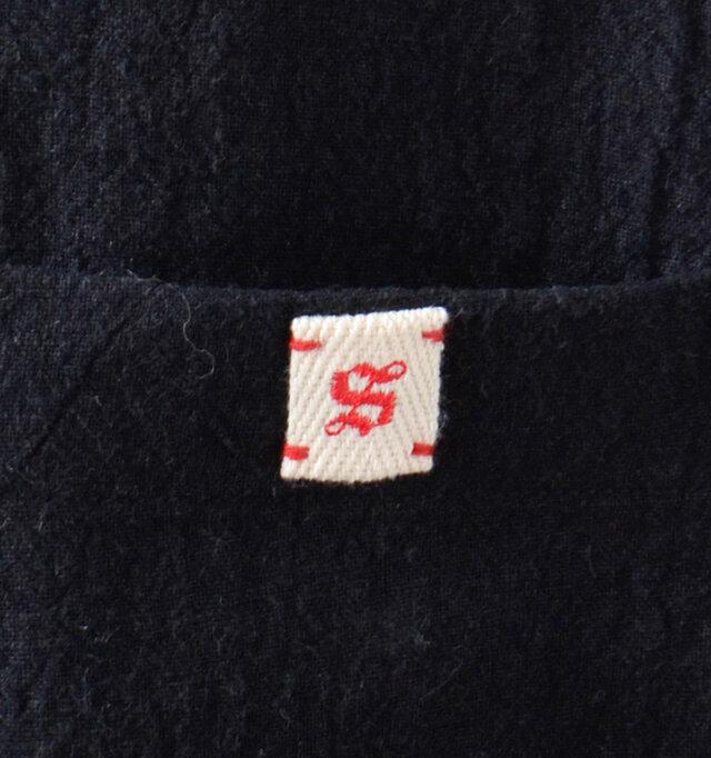 バックポケットがあり、右ポケットのフチにはsi-si-siのロゴパッチをアクセントにオン。