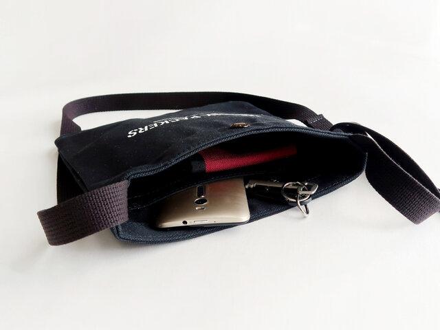 こちらも内側には貴重品を入れておいたり、小物の整理にも便利なポケットが付いています。