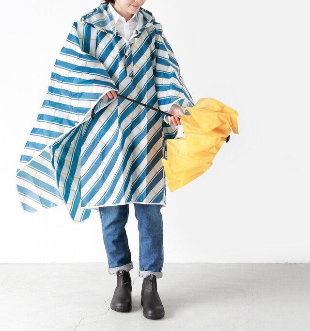 color:blue×white / size:one  普段のお洋服から被るだけだから楽チン。折り畳んで小さく持ち運べるので、梅雨や雪のシーズンに嬉しいアイテムです。