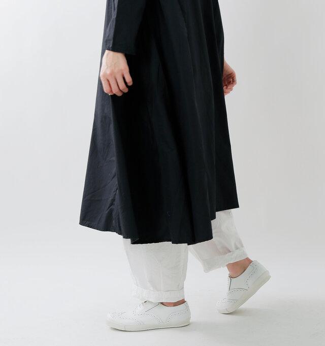 ビッグシルエットをハンサムに着こなすには、ざっくりとした雰囲気のボトムスと合わせてみるのがおススメ。羽織のように身頃をひるがえして、颯爽と歩いてみたくなります。
