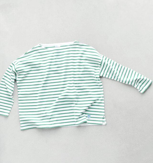 カジュアルの定番「ボーダーカットソー」は常に手元に置いておきたい1枚。 こちらはワイドは身幅でふわりと軽やかなシルエット。他のお洋服と合わせやすく、気軽に着られる手軽さが魅力のひとつ。