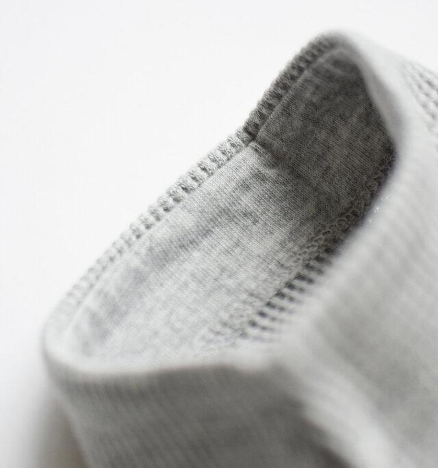 袖裏の縁もカットソー生地が貼られ、やさしい着心地になっています。