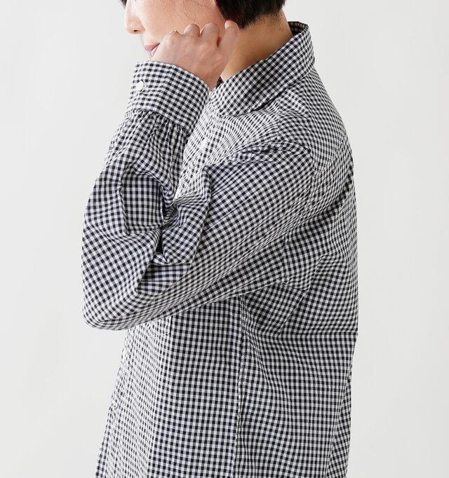 肩周りは無理のないフィット感。着用すると丁寧な縫製で綺麗なラインが生まれます。