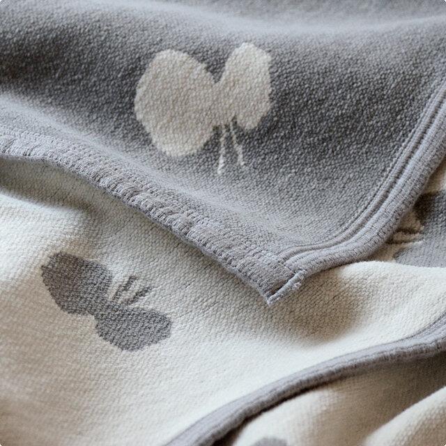 オーガニックコットンのシュニール糸で織られたクリッパンのブランケットは、素肌に触れるとやわらかく、赤ちゃんはもちろん大人にもやさしい上質な肌触りです。