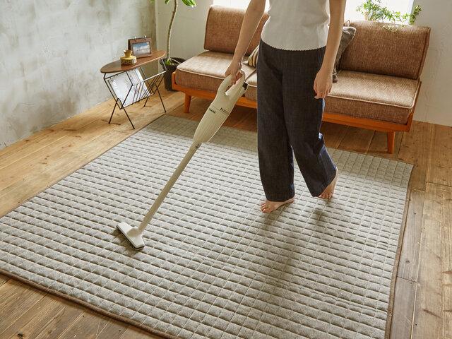 ラグ表面はカー尾エットパイル(毛)ではなく、毛足のないキルティング生地仕上げておりますので、細かなゴミやチリも手軽にお掃除で駆除できます。
