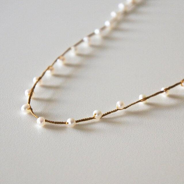チェーン部分が絹糸であることで、チェーンの華奢なデザイン・素材感が、淡水パールの輝きをより引き出しています。細やかで丁寧な手作業から生み出される味わい深いネックレスは、ずっとそばに置いておきたいお気に入りの一つとなるでしょう。