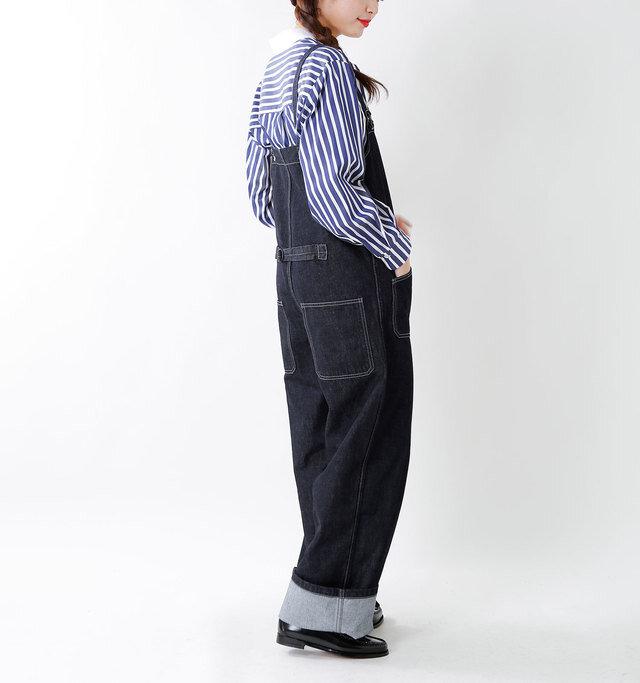 脇部分は程よく開き、インに厚手のものを着込んでもすっきりと着こなせます。