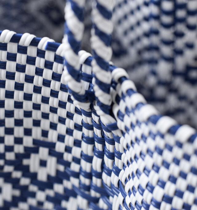 プラスチックコードでしっかりと編み上げた丈夫な作りとなっており、雨に強く、汚れてもサッと拭くだけの簡単お手入れ。同素材の持ち手もそのままバッグに縫い込まれ、バッグ底までぐるりと一周。重たい荷物に耐えられるよう強度を持たせています。