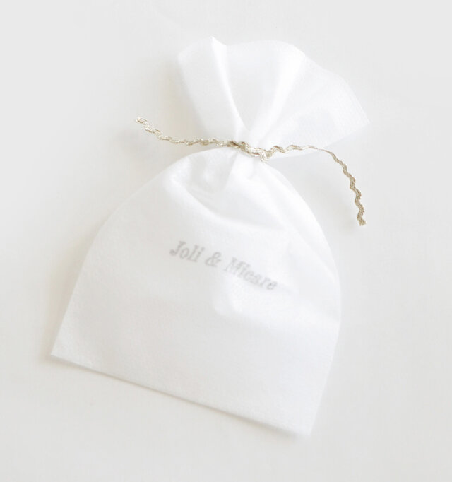 Joli&Micareのロゴ入りの袋付き。プレゼントにもおすすめです。