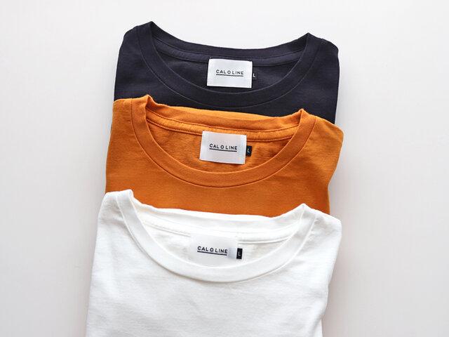 カラーは「ホワイト」「マスタード」「ブラック」の3色をご用意。 一枚でサラリと着るのはもちろん、カーディガンやジャケットからプリントをチラリと覗かせても可愛いですよ。