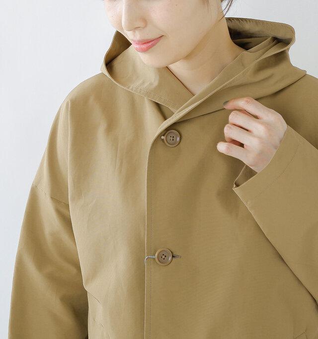 ハリのあるグログラン生地により、フードは立体的できれいなつくりに。襟の部分は丸みがあり、可愛らしい印象。フードには紐などがなく、いたってシンプルです。